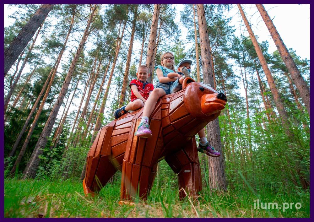Фотозона в форме деревянного медведя, окрашенного износостойкими красками