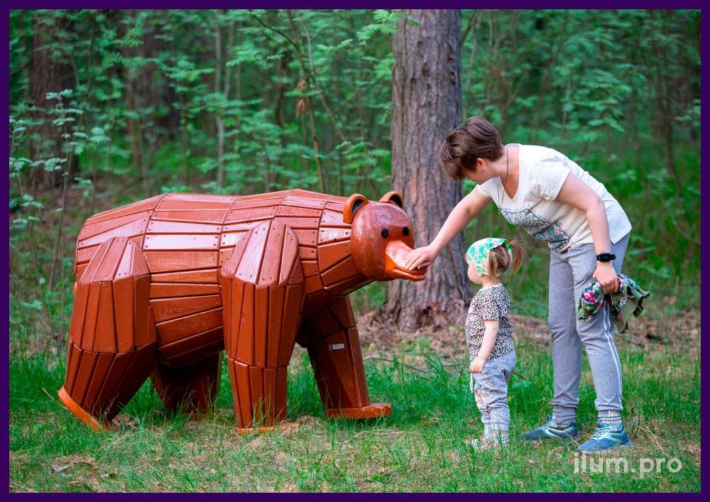 Разноцветная деревянная фигура медведя для благоустройства территории детской площадки