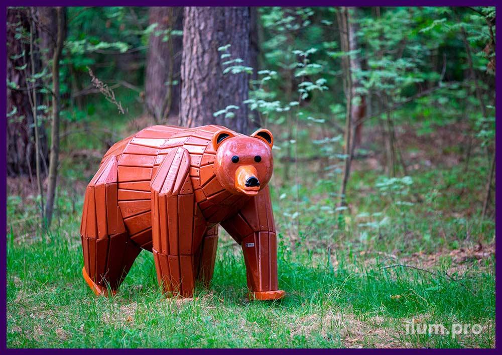 Коричневый медведь из крашеных досок на каркасе из бруса, благоустройство парка