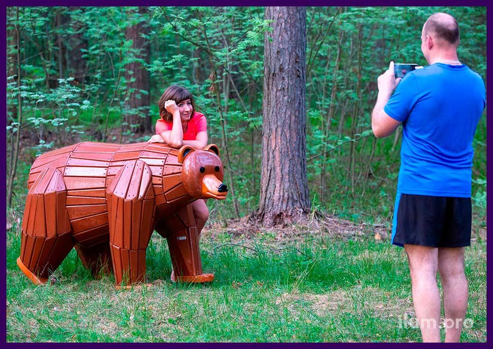 Медведь из деревянного бруса с пропиткой антисептиком и покрытием износостойкими красками