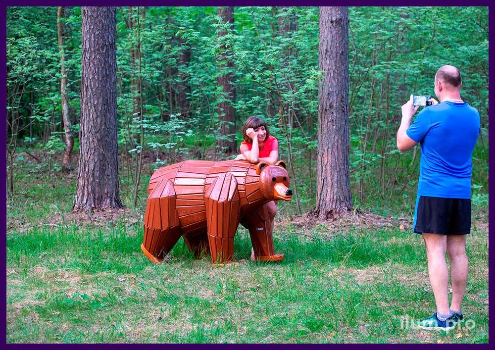 Деревянный медведь коричневого цвета, арт-объект, уличная скамейка, фигура для детской площадки