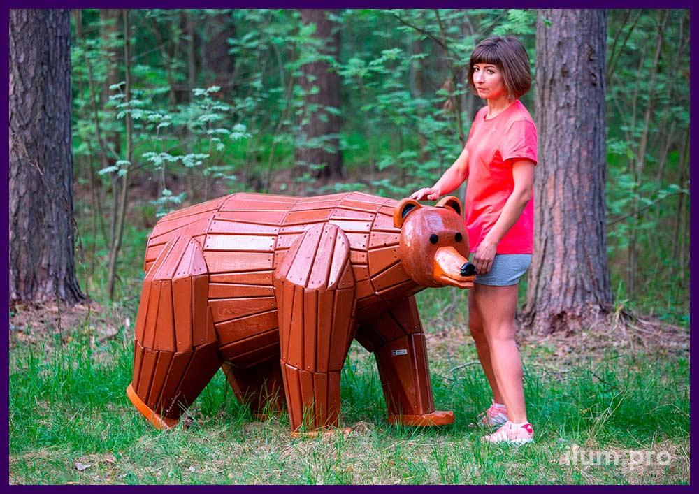 Благоустройство детской площадки, фигуры животных из дерева, разноцветный мишка