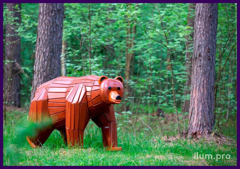 Декоративная фигура в форме медведя из дерева, благоустройство территории парка