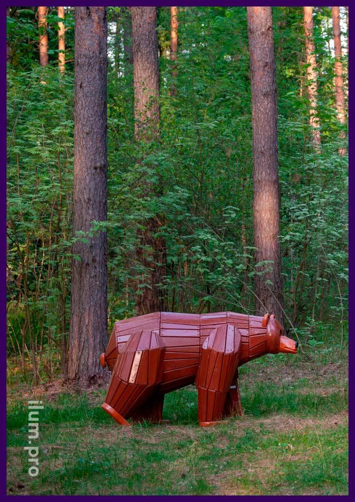 Фигура медведя из дерева в парке, арт-объект для установки на улице
