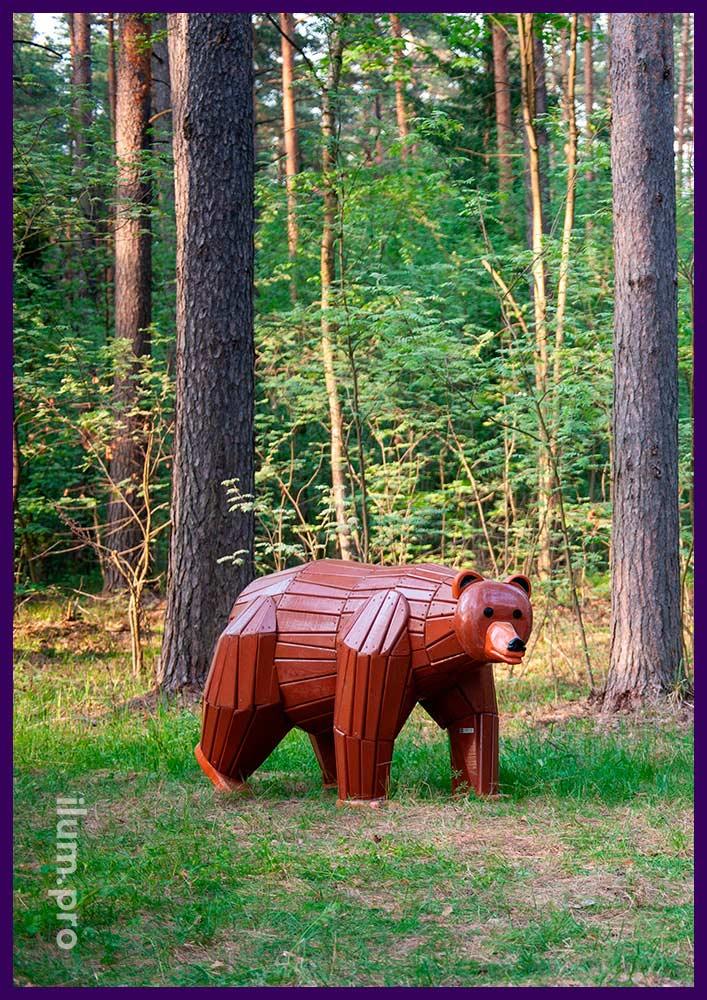 Деревянная фигура животного в парке - арт-объект из натуральных материалов в форме медведя