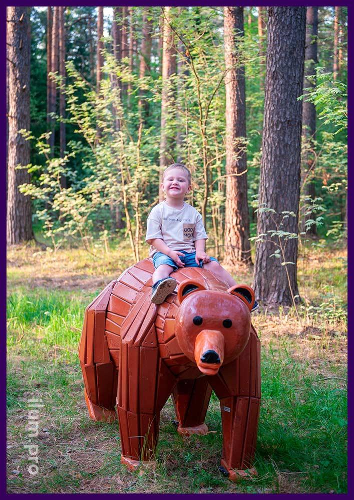 Деревянный медведь коричневого цвета в парке, арт-объект на детской площадке