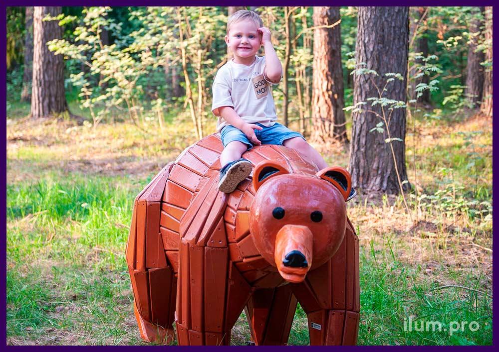 Медведь деревянный из досок в парке - арт-объект для детской площадки из натуральных материалов