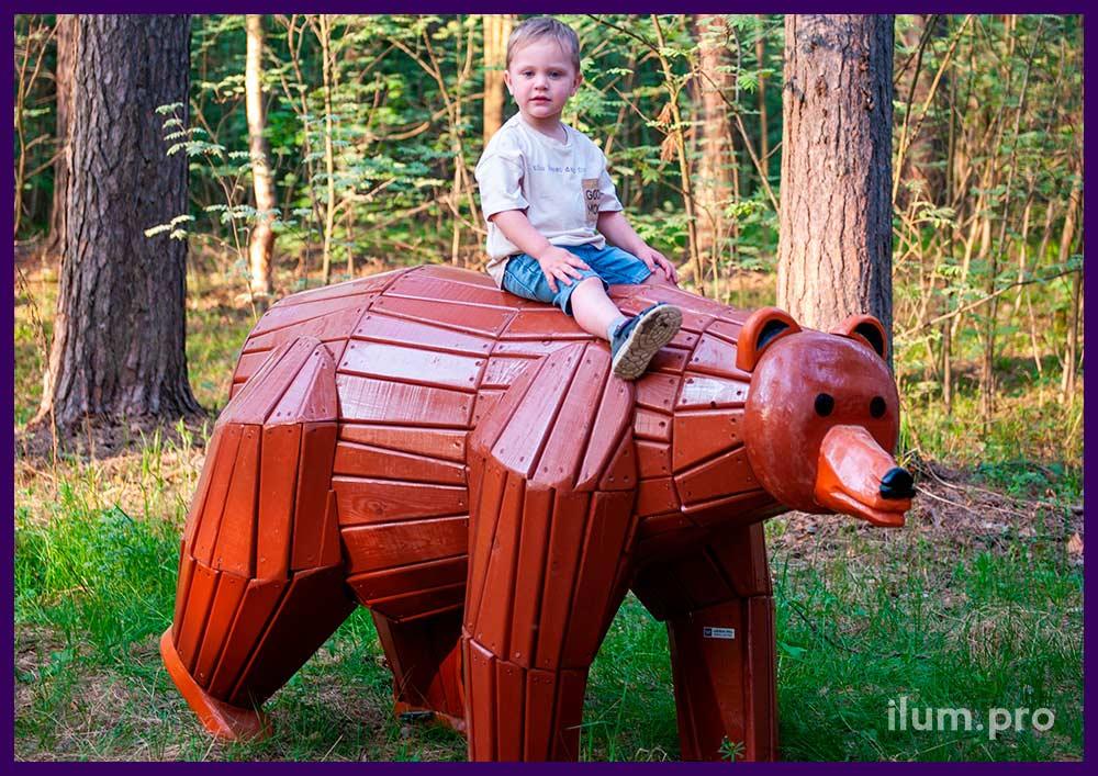 Деревянный медведь в парке - фигура для детей и взрослых на лужайке