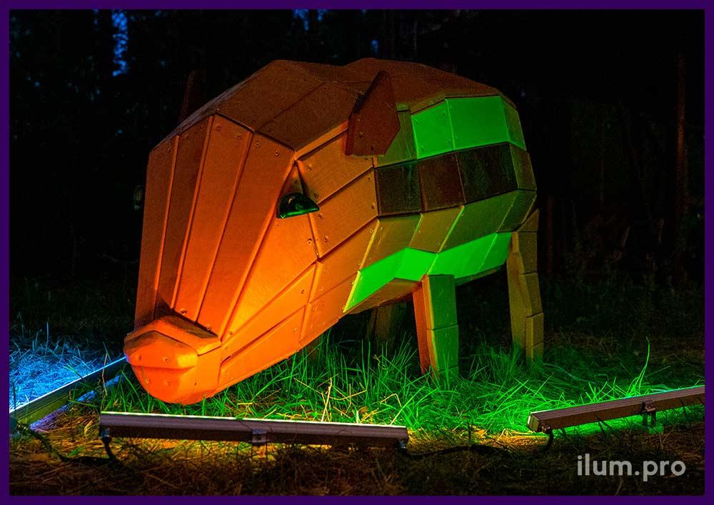 Деревянная фигура свиньи для благоустройства парка, подсветка RGB прожекторами
