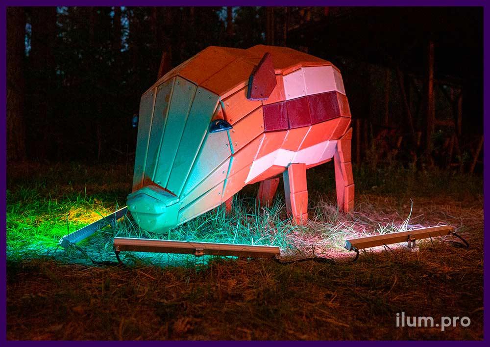 Благоустройство парка фигурами животных - деревянная свинья с разноцветной поверхностью