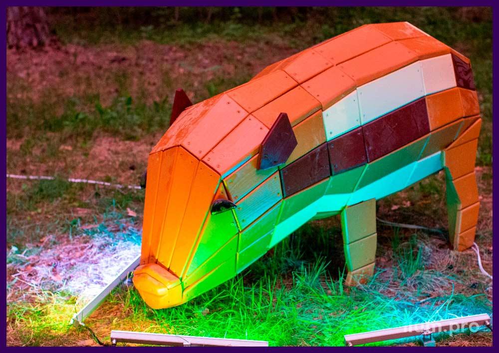 Разноцветная свинья с деревянным каркасом, фигуры животных в городских парках