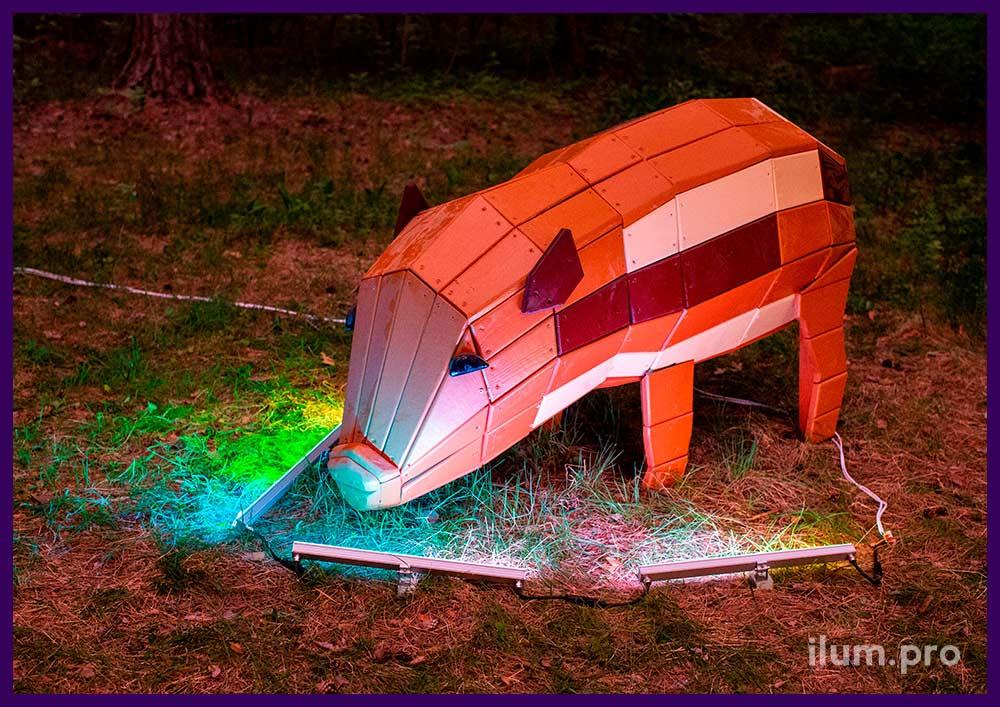 Фигура свиньи из хвойных пород дерева с разноцветным окрашиванием для улицы