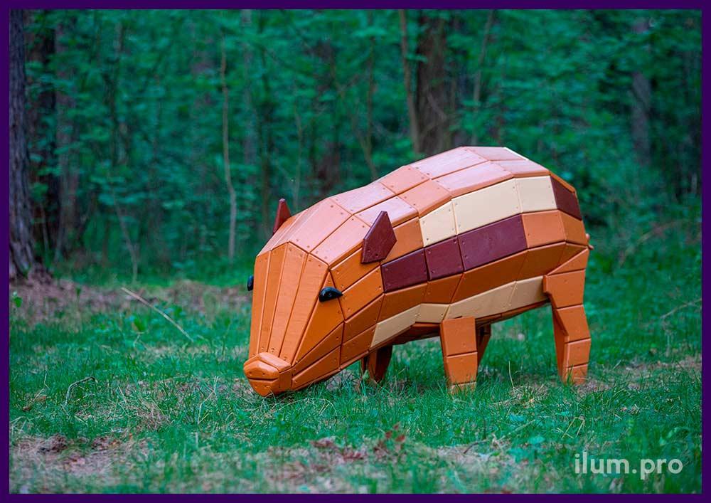 Фигура свиньи из натурального дерева в городском парке, арт-объект для детской площадке