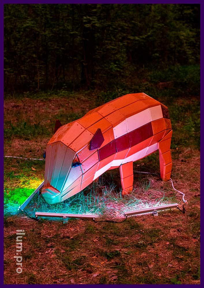 Деревянная фигура свинки в городском парке, разноцветная фотозона для детей и взрослых