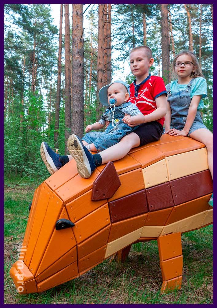 Разноцветная деревянная фигура свиньи для благоустройства территории городского парка