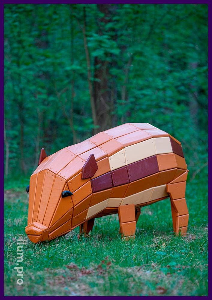 Деревянная фигура свиньи на лужайке в городском парке, благоустройство территории