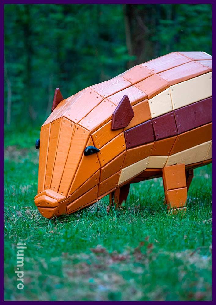 Деревянный арт-объект в парке - фигура свинки бежевого и коричневого цветов