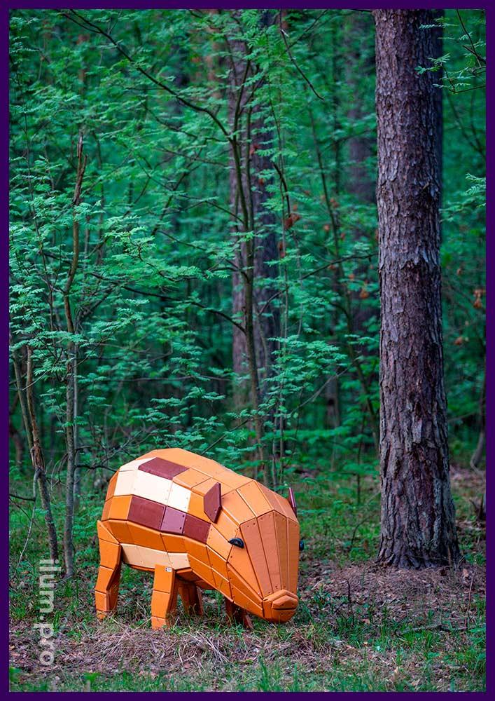Арт-объект в форме свиньи из крашеного дерева на лужайке в городском парке