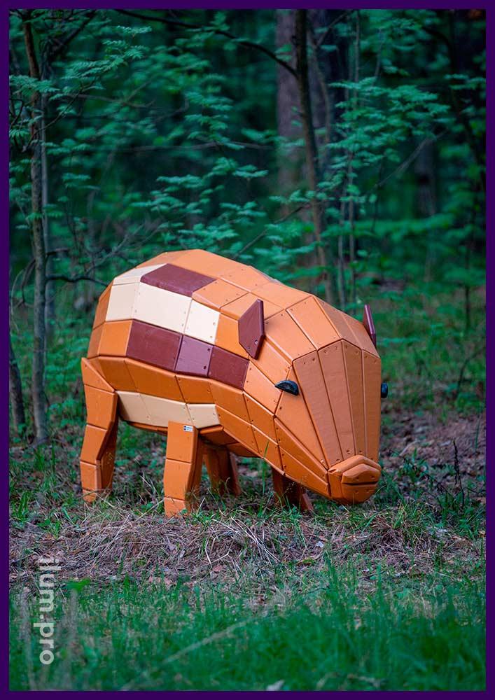 Благоустройство парка деревянными фигурами животных - разноцветная свинка из досок и бруса