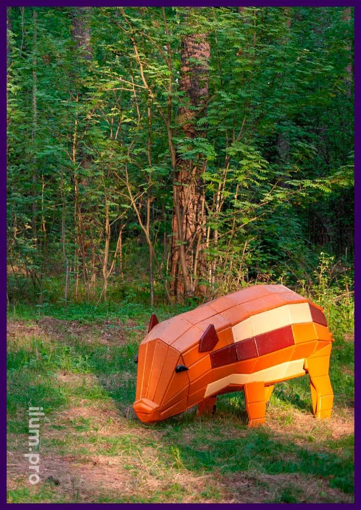 Свинка деревянная разноцветная в парке - арт-объект для детской площадки из натуральных материалов