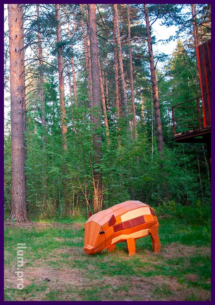 Свинья из крашеного дерева - арт-объект на детской площадке в лесу