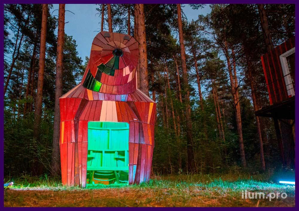 Домик из дерева в форме животного - медведица на детской площадке
