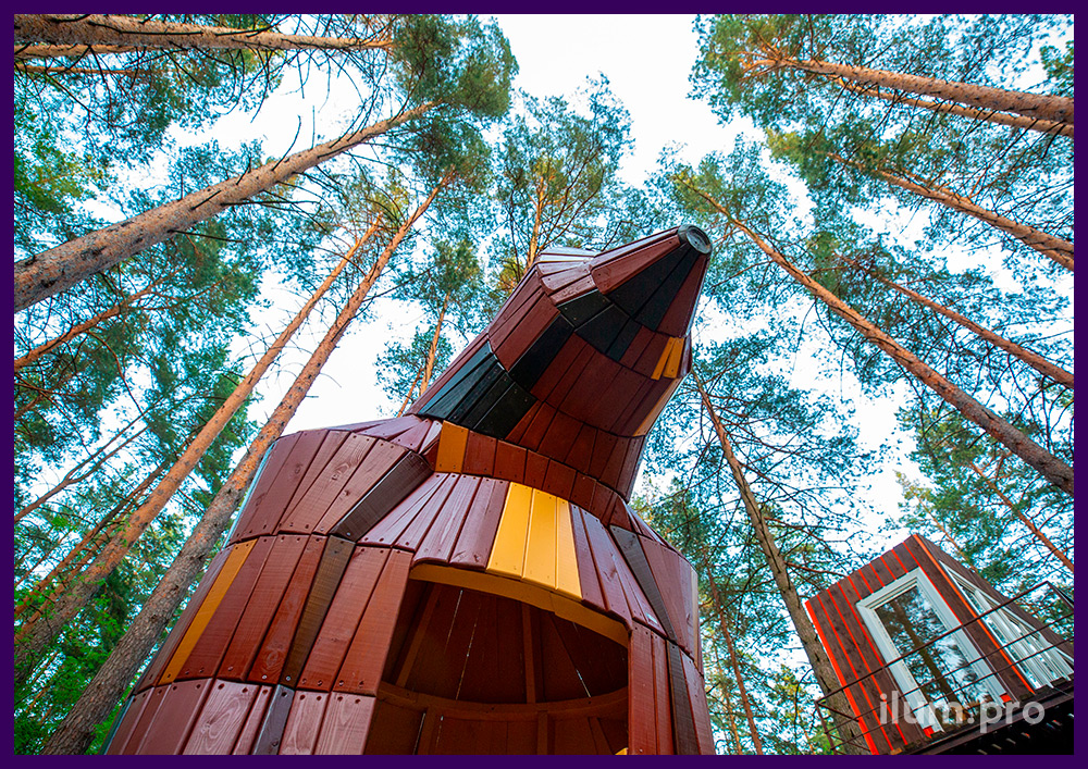 Домик из дерева с разноцветной поверхностью в форме большой медведицы для парка