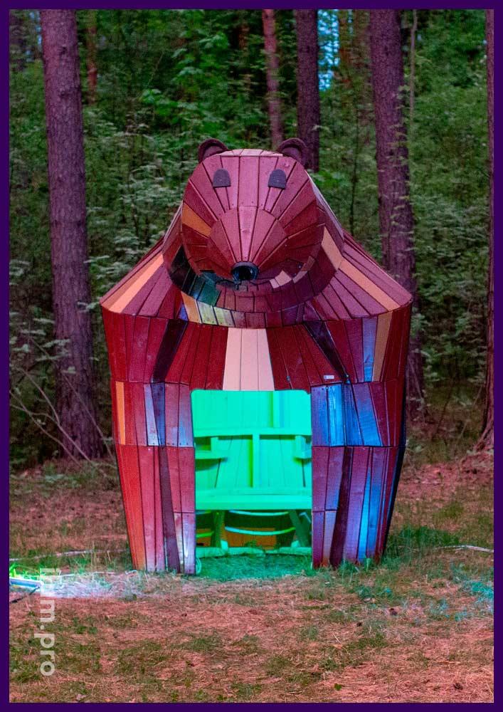 Деревянный домик для благоустройства территории парка, медведица из хвойных пород древесины