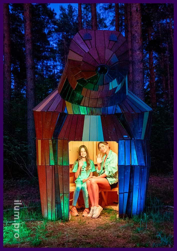 Домик из дерева со скамейкой внутри, арт-объект в форме медведицы