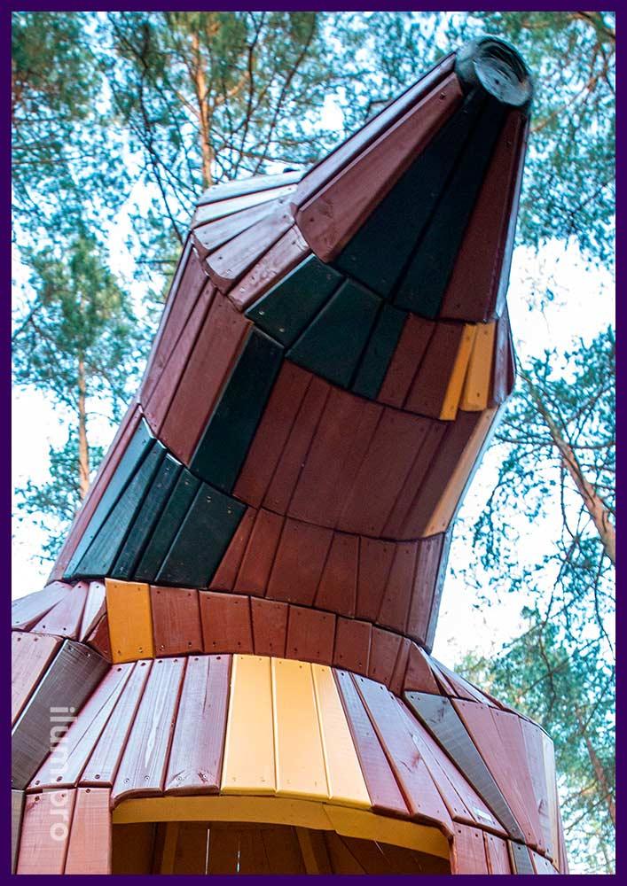 Домик из разноцветного крашеного дерева в форме животного, медведица со скамейкой