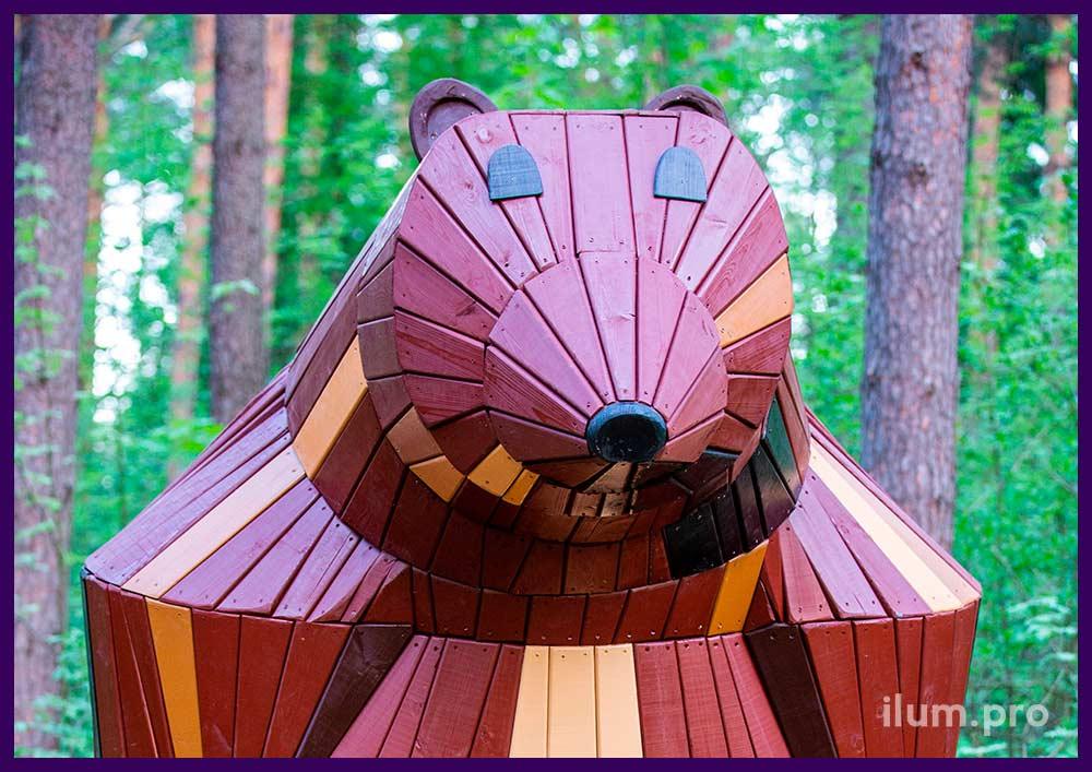 Деревянный домик из крашеного дерева в форме медведя со скамейкой внутри