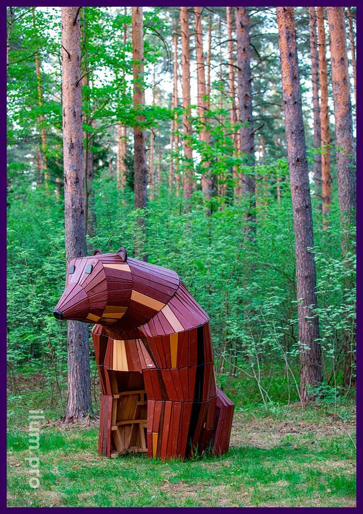 Деревянный домик в виде медведя со скамейкой, благоустройство детской площадки