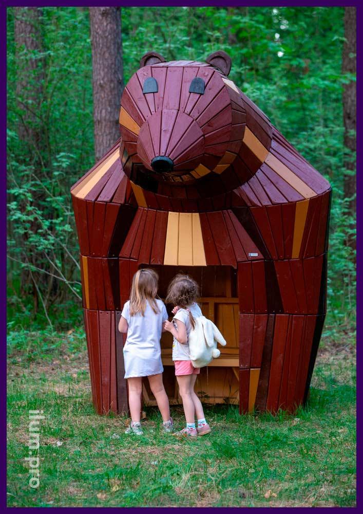 Домик для детей в парке, деревянная медведица со скамейкой