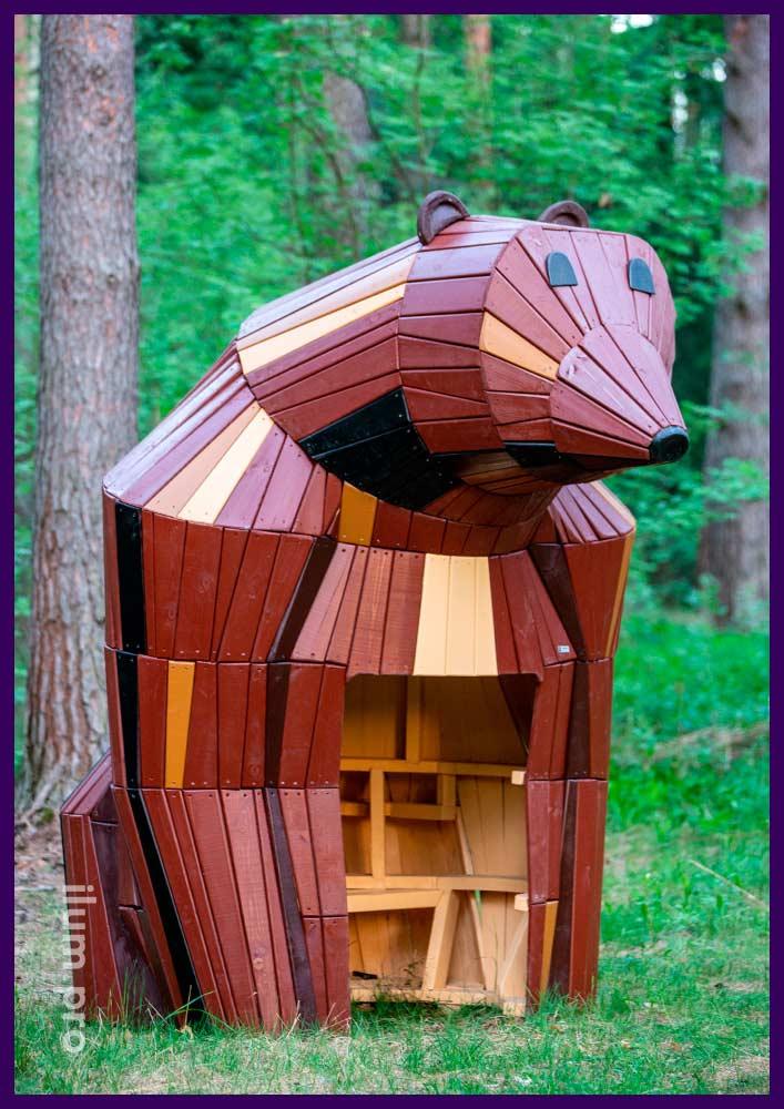 Благоустройство парка деревянным арт-объектом в форме медведя со скамейкой
