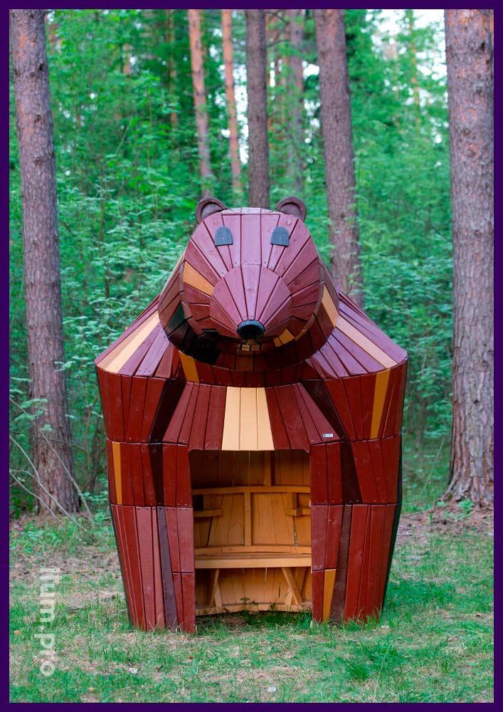 Деревянная фигура медведя из хвойных пород дерева, арт-объект в форме домика со скамейкой