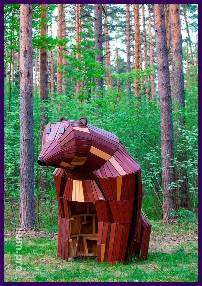 Деревянная фигура медведя со скамейкой внутри - домик для детей и взрослых в парке