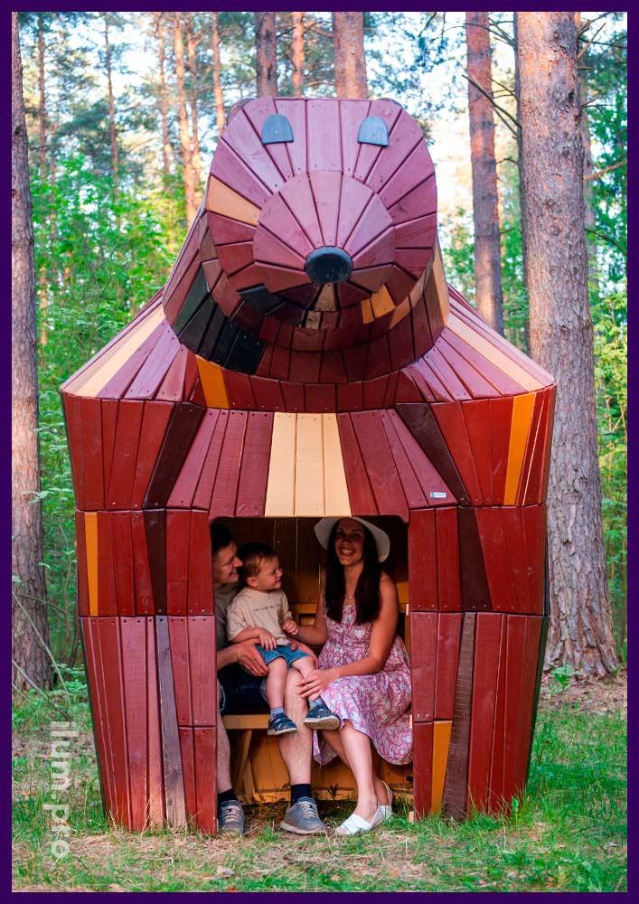 Деревянная конструкция в форме медведя с лавочкой с защитой от выгорания