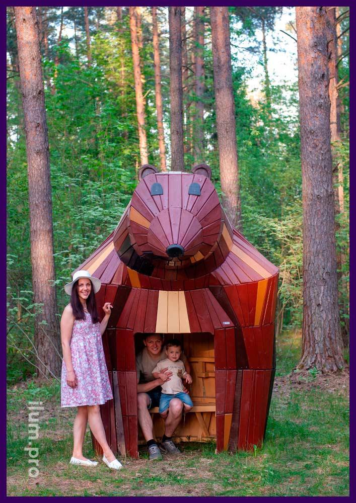 Домик из досок со скамейкой внутри в форме большой медведицы разных цветов