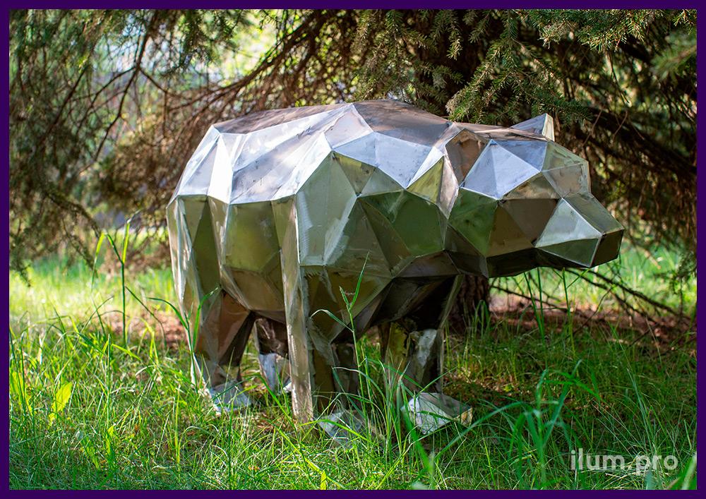 Объёмная полигональная фигура медведя оригами из листового металла с плоскими гранями