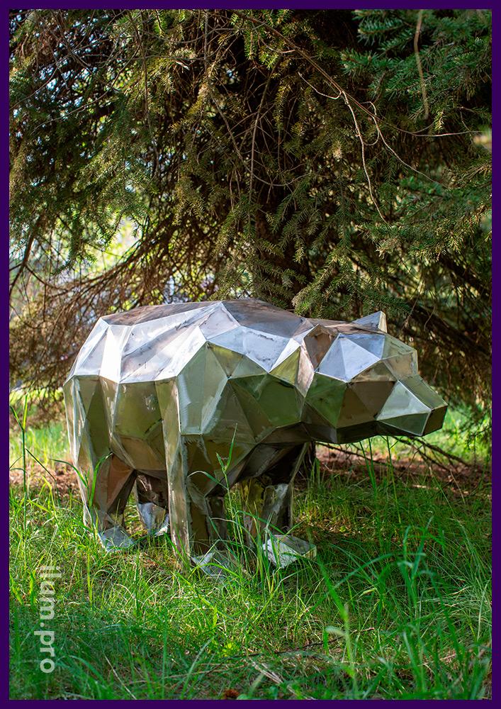 Фигура полигонального медведя из листовой стали, нарезанной лазером и сваренной вручную
