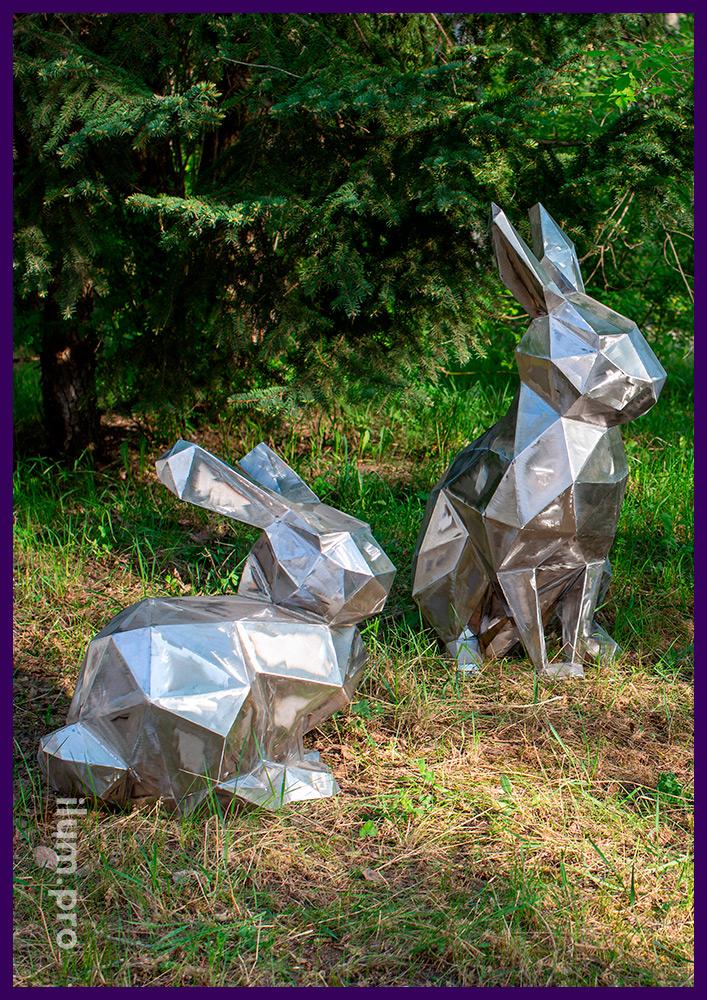 Полигональные зайцы оригами из листовой стали рядом с дорожкой в парке