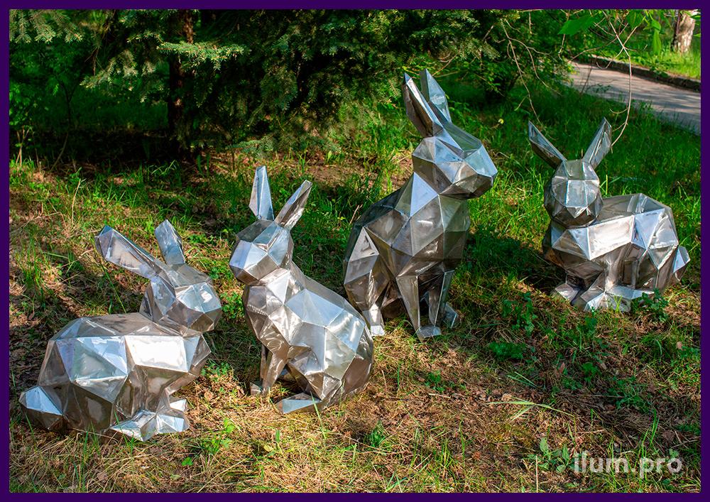 Полигональные зайцы из шлифованной стали на зелёном газоне