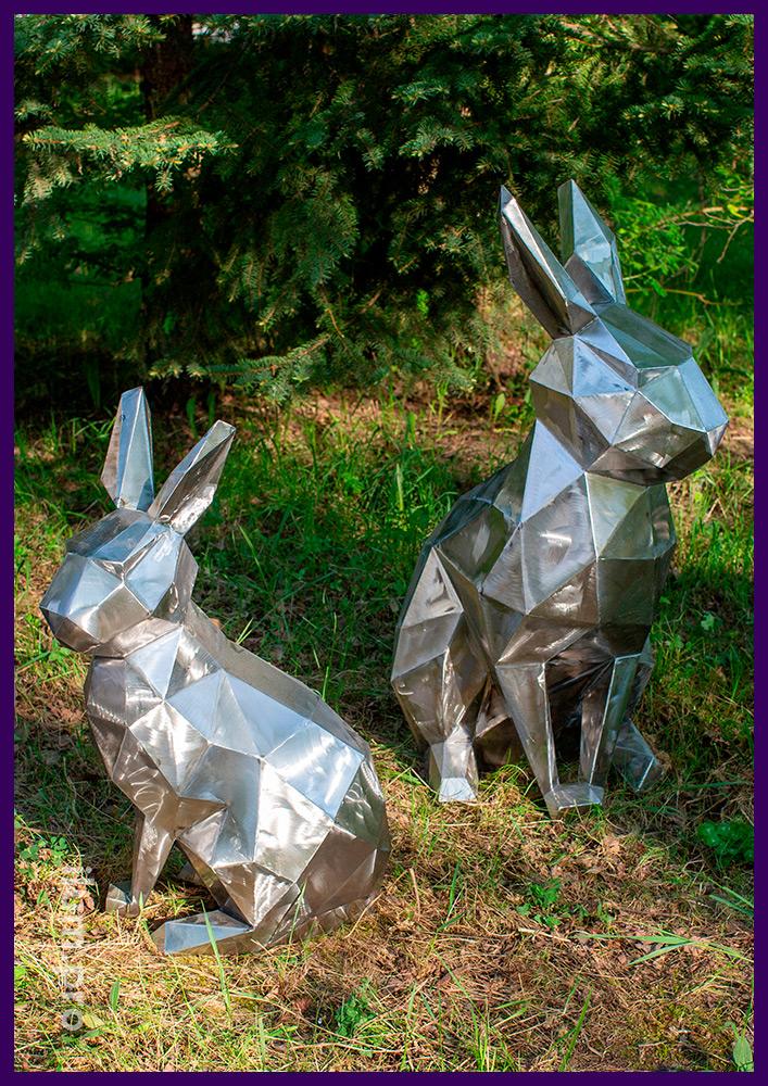 Металлические полигональные фигуры животных, зайцы под ёлочкой в парке