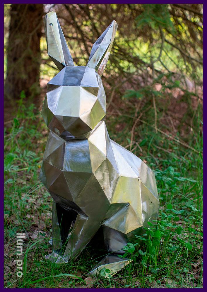 Металлическая фигура зайца из листовой стали, нарезанной лазером и сваренной вручную