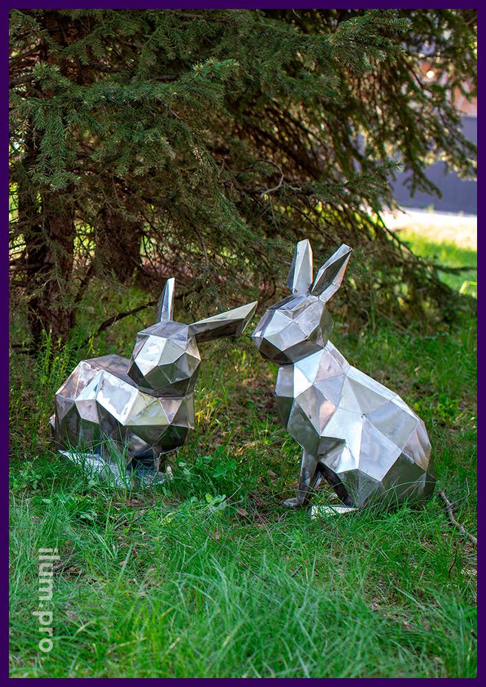 Полигональная скульптура зайца (кролика) из железа, сидящего под ёлочкой в парке
