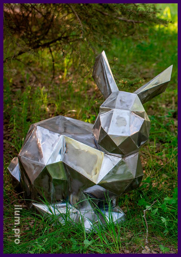 Заяц полигональный металлический, сидящий под ёлочкой, сложив лапки