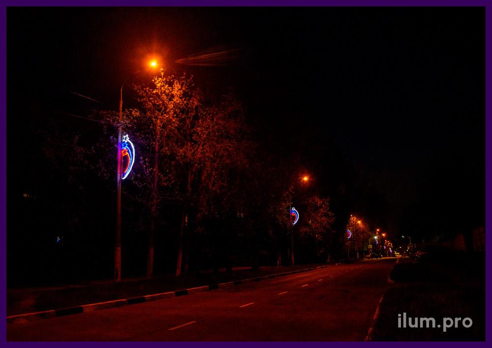 Подсветка фонарных столбов разноцветными консолями со звёздами-триколор из дюралайта