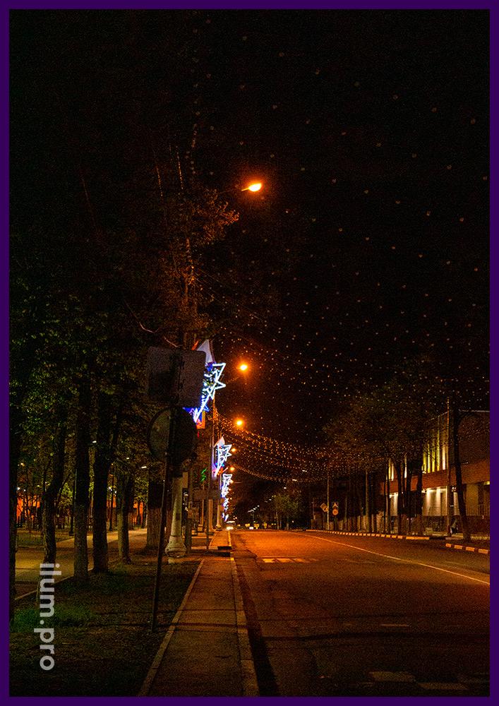 Подсветка улиц разноцветными консолями из алюминиевого каркаса и светодиодных гирлянд