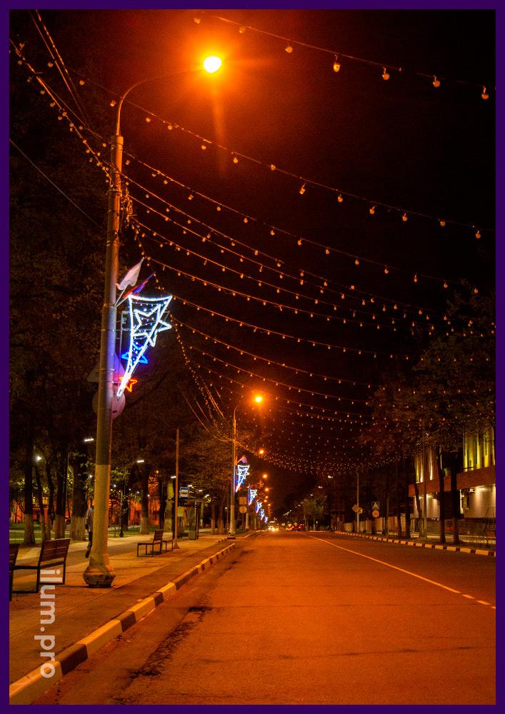 Консоли светодиодные на фонарях вдоль дороги, иллюминация на алюминиевом каркасе
