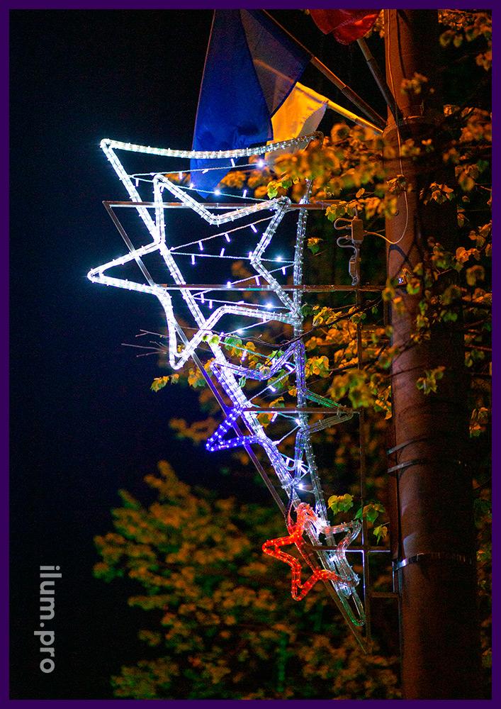 Декоративные консоли со звёздами из разноцветного дюралайта и уличными гирляндами